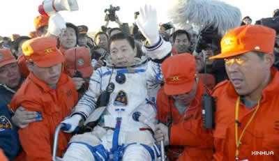 Retour sur Terre de Yang Liwei, premier taïkonaute, après son vol historique autour de la Planète en octobre 2003. © Xinhua