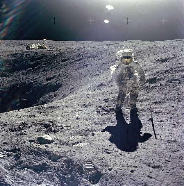 La « jeep lunaire » en arrière plan, utilisée lors de la mission Apollo 16, a été, comme beaucoup d'équipements, abandonnée sur place. Un musée lunaire rassemblant ces témoignages de l'aventure spatiale verra-t-il le jour ? © Nasa, Flickr, CC by-sa 2.0