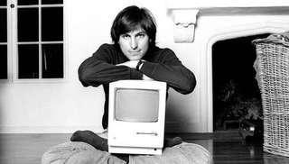 Steve Jobs et son premier micro-ordinateur, le mackintosh. © Sony Pictures, Apple, Century Fox, LucasFilms, Pixar