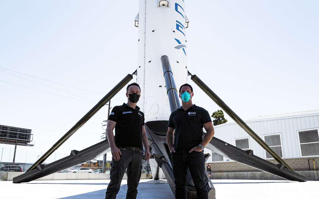 Les astronautes européens Matthias Maurer et Thomas Pesquet devant l'étage principal et réutilisable d'un Falcon 9 de SpaceX. © ESA