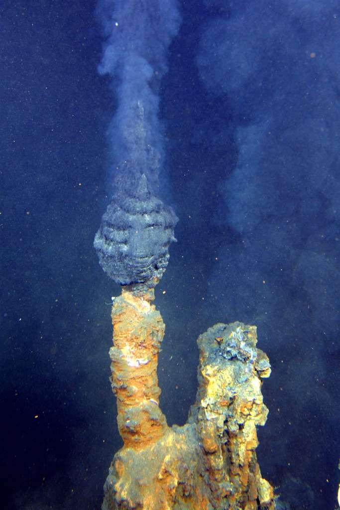 Un fumeur noir, The Brothers, situé au large de la Nouvelle-Zélande et observé en 2007 par le robot américain Quest 7. La vie abonde autour de ces sources thermales, malgré l'absence de lumière. © NOAA