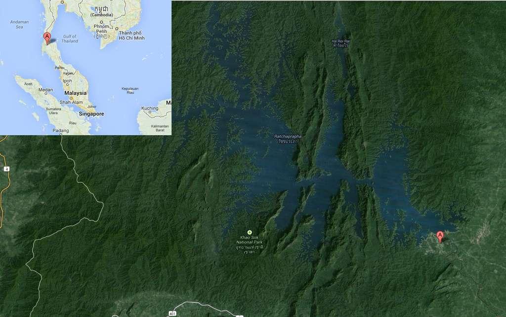 Le point A désigne le barrage Rajjaprabha, en Thaïlande, construit en 1987. L'étendue d'eau en amont est le grand réservoir créé depuis la mise en place du barrage. © Google Maps