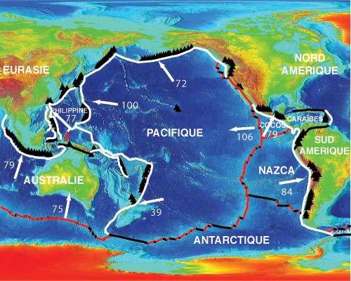 La ceinture de feu (Ring of fire). Parmi les 1.500 volcans actifs, les plus dangereux sont situés dans la « ceinture de feu » du Pacifique. Cette longue guirlande d'îles volcaniques prend naissance à la pointe méridionale de l'Amérique du Sud, remonte le long de l'Amérique centrale et des zones côtières de l'Amérique du Nord, va jusqu'en Alaska, rejoint le Japon ainsi que les Philippines, puis finit dans le Pacifique Sud. Observer la localisation des volcans de la ceinture par rapport aux limites de plaques (la vitesse des plaques est indiquée en mm.an-1). © Géomanips
