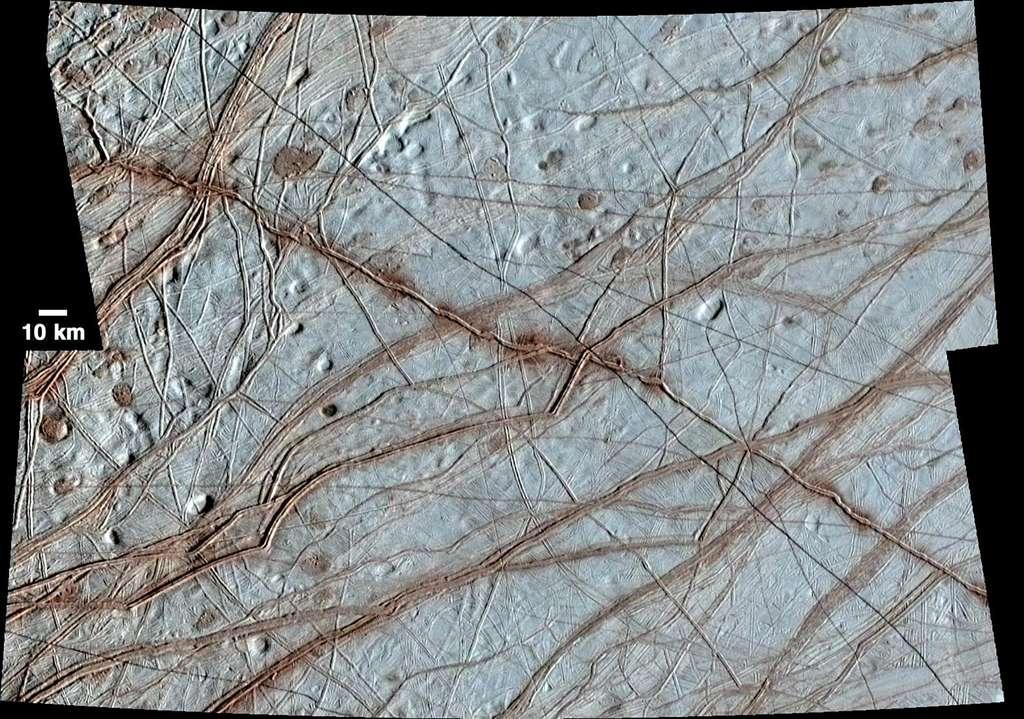 La surface d'Europe vue par la sonde Galileo, formant un vaste réseau de fractures, fossés ou sillons entremêlés, signes d'importants mouvements tectoniques horizontaux et verticaux dans la croûte de glace. © Nasa, JPL-Caltech, University of Arizona