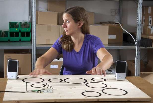 Le concept du Touch Board ne repose pas seulement sur un contact physique avec le matériau conducteur. Bare Conductive a également développé une couche logicielle qui fonctionne avec sa peinture conductrice et permet de détecter un mouvement jusqu'à 20 cm de distance. © Bare Conductive