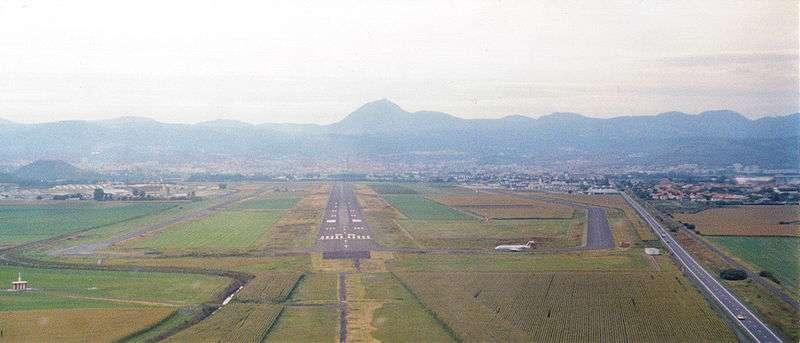 La piste de l'aéroport de Clermont-Ferrand sera-t-elle bientôt bordée par des cultures de maïs GA13-F ? En tout cas, le contexte s'y prête bien. À titre de comparaison, plus de 20.000 lampes éclairent les pistes de l'aéroport de Roissy. © Fabien1309, Wikimedia Commons, CC by-sa 2.0