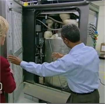 K. R. Sridhar montre l'intérieur d'une Bloom Box, du type de celles installées chez eBay et Google. Derrière sa main droite, la cuve dans laquelle se trouvent les unités de base et où circule le carburant. © 60 Minutes/CBS (extrait de la vidéo en ligne)
