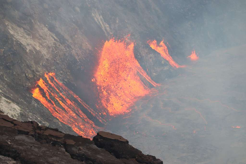 Une image au téléobjectif des fissures qui se sont ouvertes sur la paroi ouest du cratère Halema'uma'u lors de l'éruption en cours qui a commencé. La lave des multiples fissures continue d'élever lentement le niveau du nouveau lac de lave actif au sommet du Kīlauea. © USGS M. Patrick