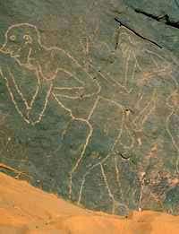 Trois hommes aux profils europoïde avec des cranes rasés et barbus, deux sont des ithyphalles armés dont un avec une lance touchant presque son sexe. In Djaren.