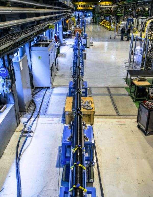 La ligne de transmission électrique de 20 m contenant deux câbles constitués de MgB2. Ce matériau existe depuis les années 1950, mais ses propriétés supraconductrices n'ont été découvertes qu'en 2001. © Cern
