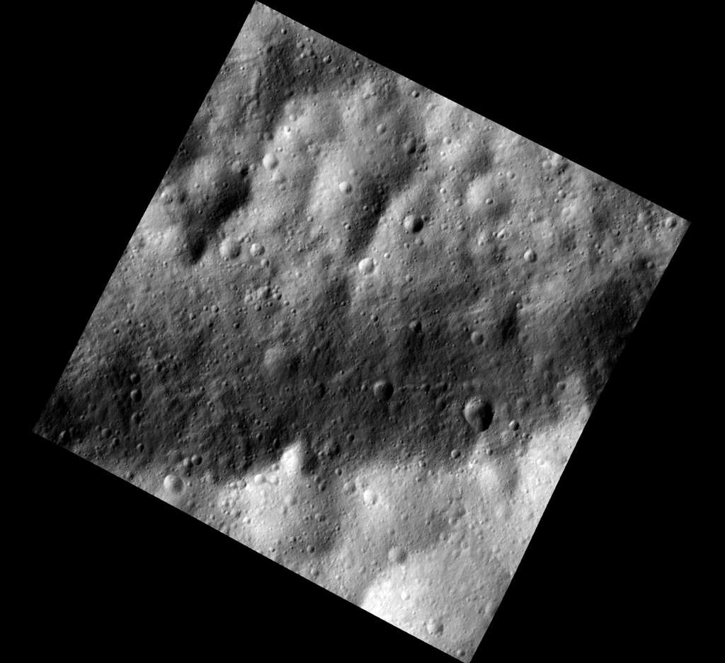 Cette image a été prise le 13 décembre, depuis une altitude de 200 kilomètres. Elle montre une région équatoriale de Vesta qui se caractérise par une alternance de couches claires et foncées. © Nasa/JPL-Caltech/UCLA/MPS/DLR/IDA