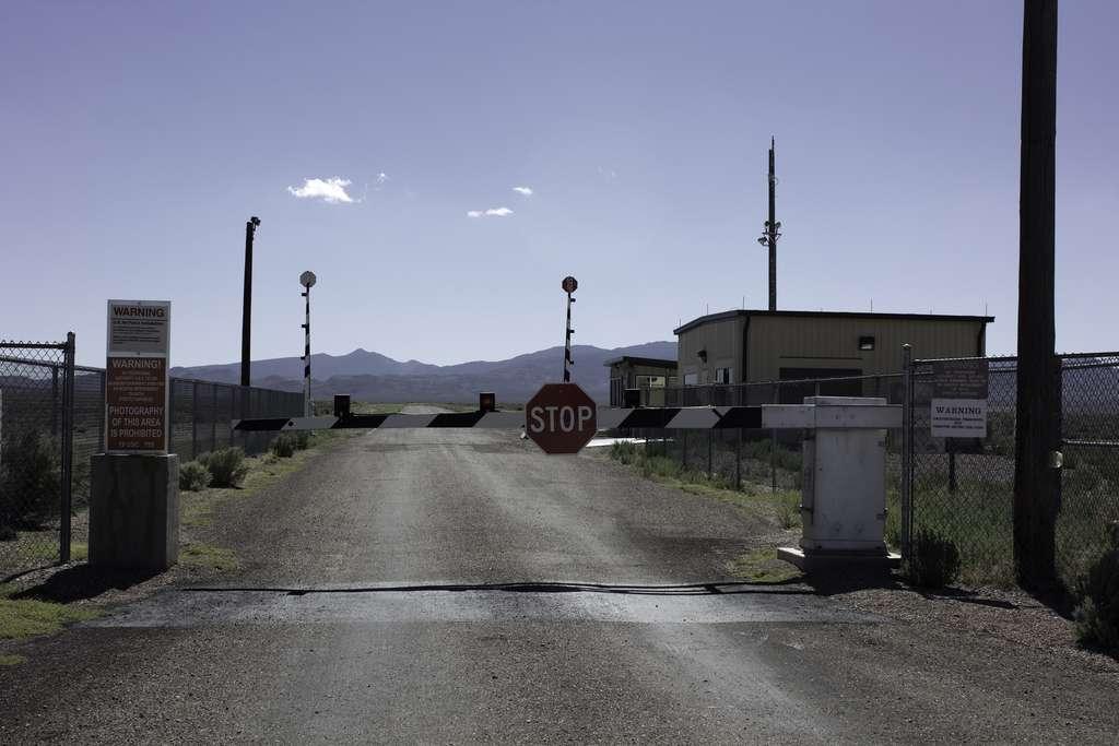 La zone 51, dans le Nevada, est strictement interdite d'accès et gardée par des militaires armés. De quoi alimenter tous les fantasmes. © Pete Woodhead, Flickr
