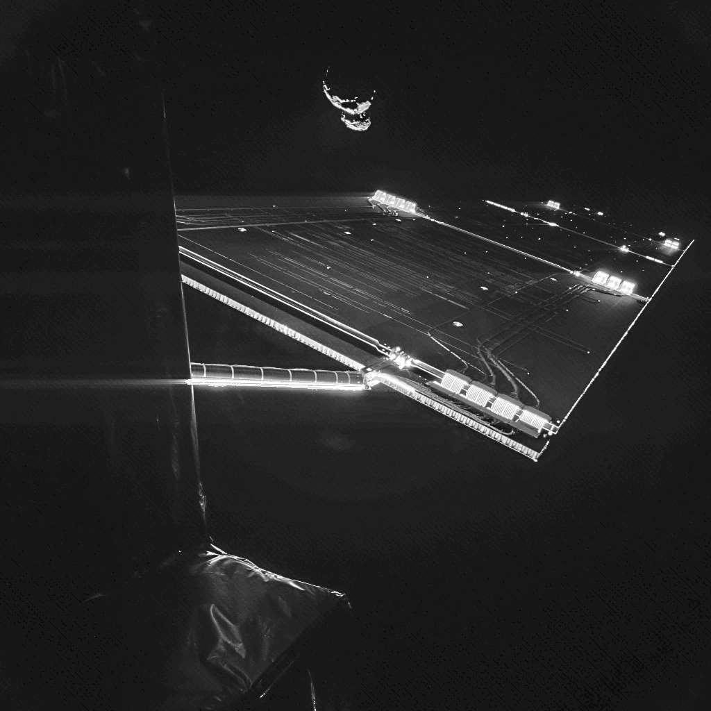 Autoportrait partiel de Rosetta avec, à l'arrière-plan, la comète 67P/Churyumov-Gerasimenko (4 km de long) à quelque 50 km de distance. Cette image composite a été capturée le 7 septembre par la caméra CIVA de l'atterrisseur Philae. L'aile déployée portant des panneaux solaires mesure 14 m de longueur. © Esa, Rosetta, Philae, CIVA