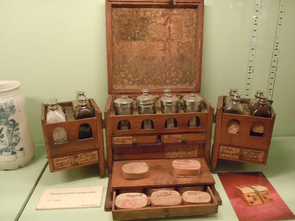 Pharmacie portative du XVIIIe siècle. Musée Flaubert et d'Histoire de la Médecine, ancien Hôtel-Dieu, Rouen. © Sauvegarde du patrimoine pharmaceutique