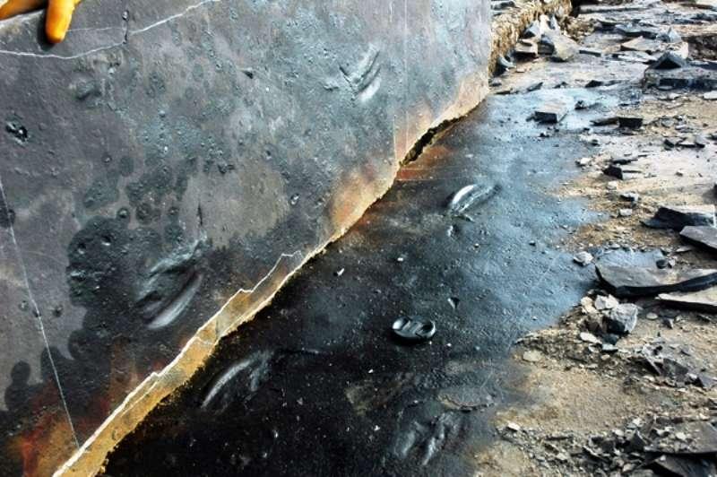 Deux couches sédimentaires qui se sont déposées dans une mer du Trias moyen gardent en mémoire une paire d'empreintes laissées par un reptiles marin. Selon les fossiles retrouvés à proximité du site de fouilles, il devait s'agir d'un Nothosauridé. © Chengdu Center of China Geological Survey