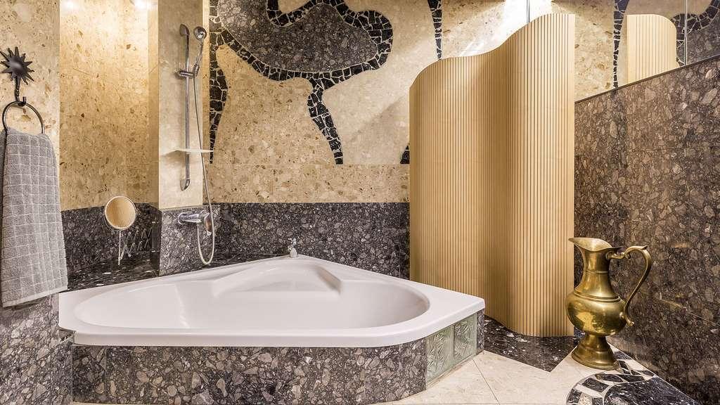 Une salle de bain en marbre