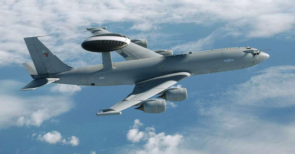Le Boeing E-3 Sentry, communément connu comme AWACS, est un avion de détection et de commandement. Il est reconnaissable par son dôme radar rotatif distinctif au-dessus du fuselage. © Sgt Jack Pritchard, DCC(RAF) OGL