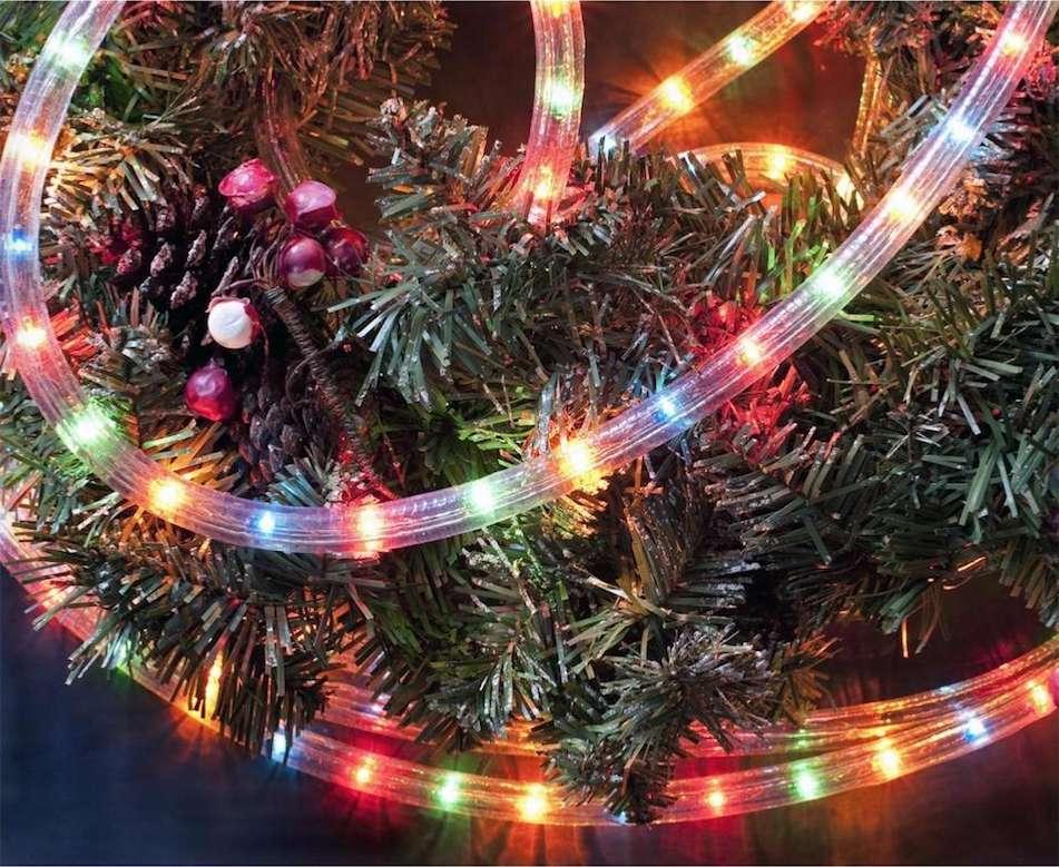 Protégée par une gaine transparente, la guirlande LED de Noël est idéale pour donner un air de fête aux végétaux du jardin comme au sapin du même nom. © Silamp
