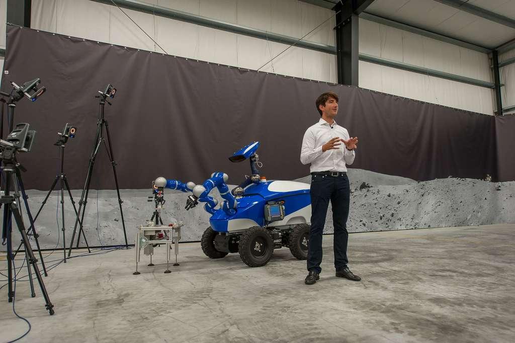 Mogensen pourra gérer l'Interact Centaur rover et ses deux bras mécaniques grâce à une interface à retour de force. Il devrait alors ressentir les mêmes résistances que celles rencontrées par le robot. Ce contrôle haptique (avec le toucher) doit permettre de contrôler le rover si finement qu'il sera possible de réaliser des manipulations millimétriques très précises. © Esa