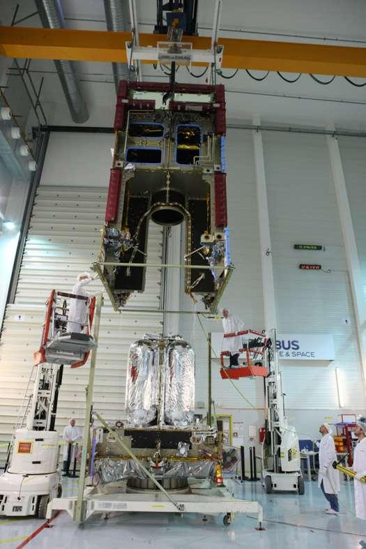 Modules de communication (en haut) et de service (en bas) d'un satellite de télécommunications construit autour d'une plateforme Eurostar 3000 d'Airbus Espace. Le constructeur entame le développement de Neosat, une nouvelle plateforme pour l'Esa. © Astrium Espace