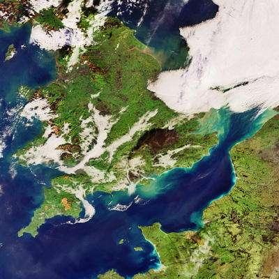Cliché pris par le satellite Envisat de l'ESA, le 11 décembre 2005 à 10H45 GMT (instrument MERIS) On y voit le gigantesque nuage de fumée qui s'est élevé au dessus du dépôt de Buncefield et a gagné le sud de l'Angleterre (Crédits : ESA)