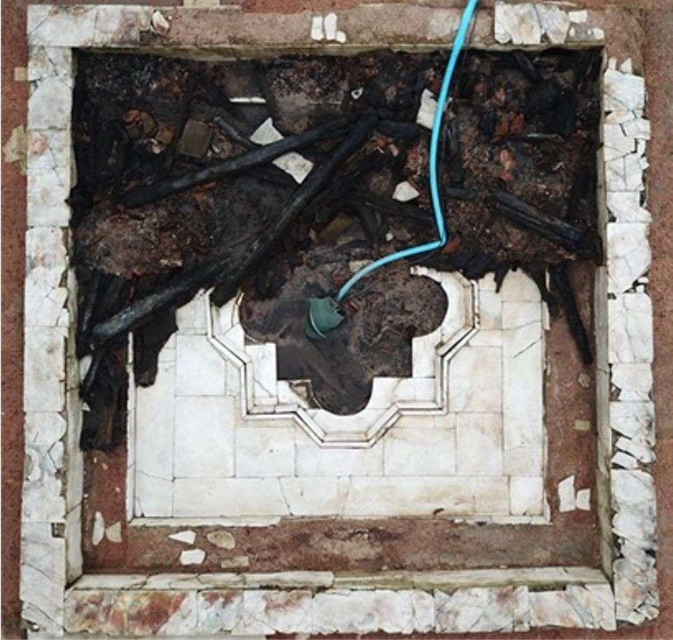 Sous ce bassin en marbre, se cachait un exceptionnel plafond en bois sculpté. © Chartres Métropole, Direction de l'Archéologie