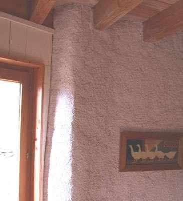 Un enduit chaux-chanvre sur un vieux mur en pierre diminue l'effet de paroi froide. © Yvan Saint-Jours
