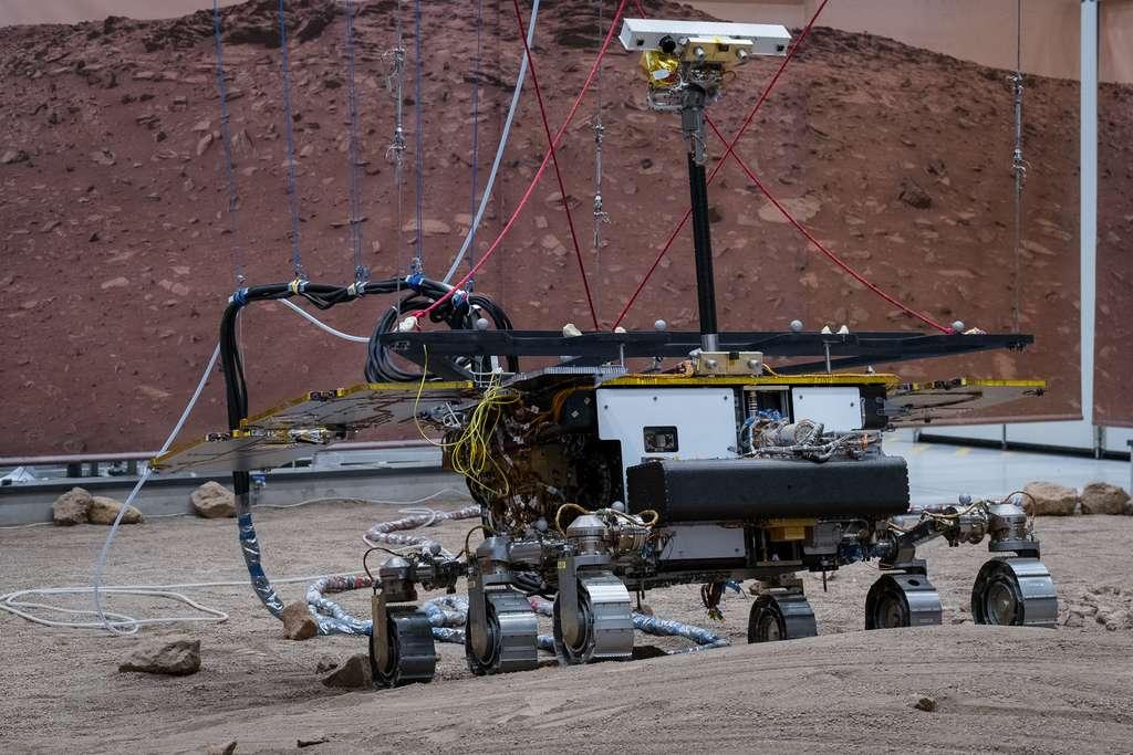 Le modèle de test (le jumeau) du rover Rosalind Franklin de l'ESA sur un terrain martien simulé. © Thales Alenia Space