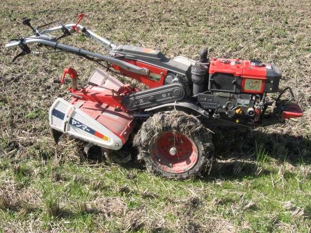 Un motoculteur permet de retourner de grandes quantités de terre, mais n'est pas forcément nécessaire pour les petites surfaces. © Green, Wikimedia Commons, GNU 1.2