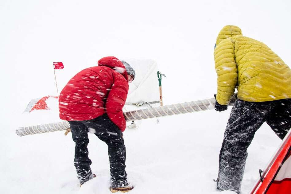 Pour en arriver à leurs conclusions, les chercheurs du Massachusetts Institute of Technology (MIT – États-Unis) ont analysé des carottes de glace. Ici, la récupération de l'une d'entre elles dans un canon de forage lors d'une tempête de neige à l'ouest du Groenland. © Sarah Das, Woods Hole Oceanographic Institution