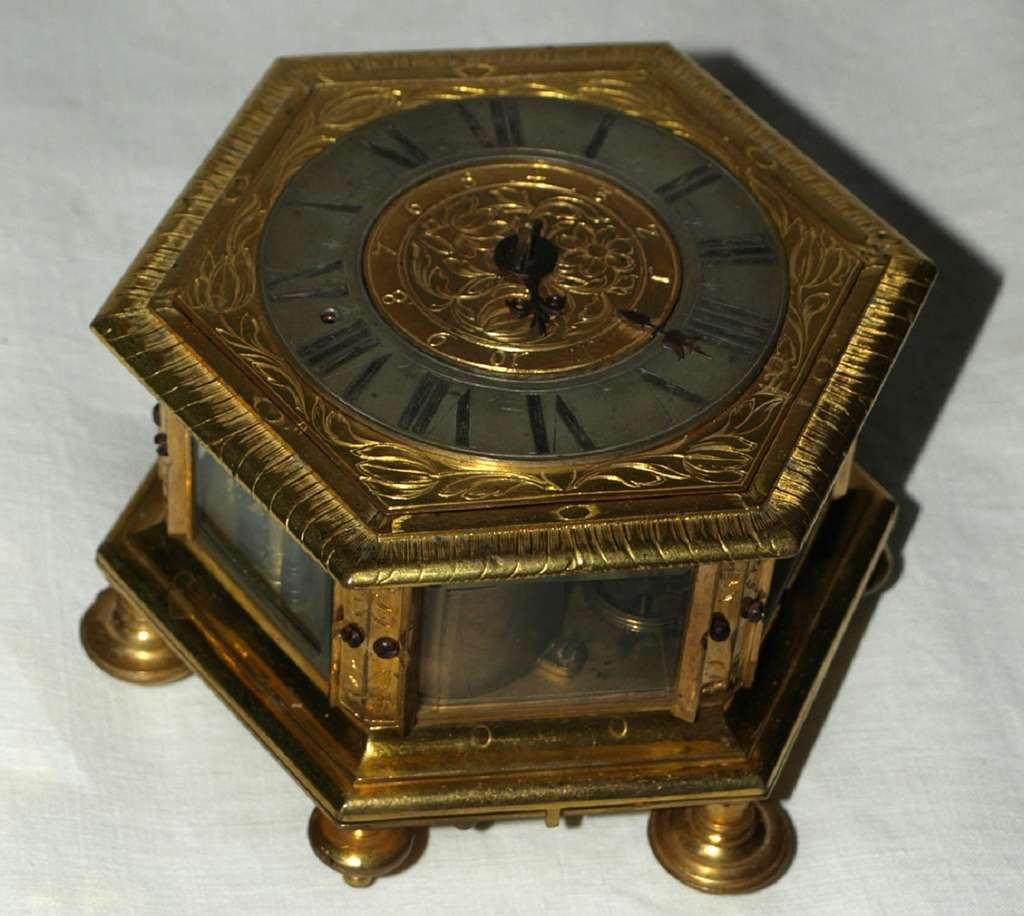 Horloge de table hexagonale à sonnerie, fabriquée à Augsbourg par David Buschmann, vers 1660. © antiquités-catalogue.com