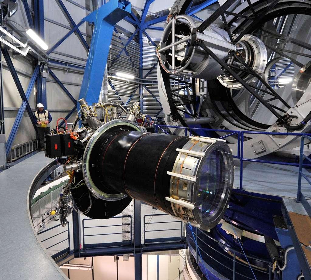 La caméra géante (3 tonnes) couplée au grand champ du télescope Vista de l'ESO permet de réaliser des grands sondages de l'univers lointain en infrarouge. © ESO