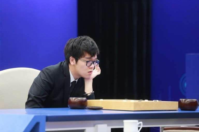 Le champion du monde du jeu de Go chinois, Ke Jie, vaincu par AlphaGo conçu par DeepMind, à Wuzhen, en Chine, le 27 mai 2017. © STR, AFP, Archives