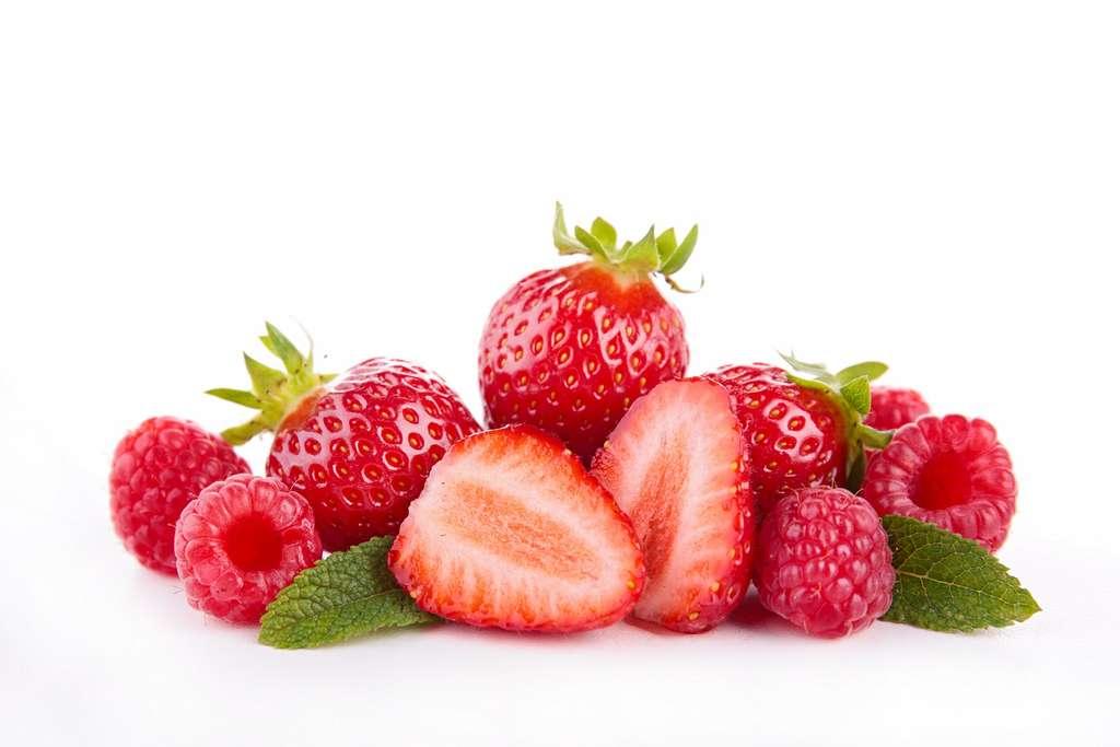 Le benzaldéhyde est un arôme naturel présent dans de nombreux fruits comme les fraises et les framboises. © margouillat photo, Shutterstock
