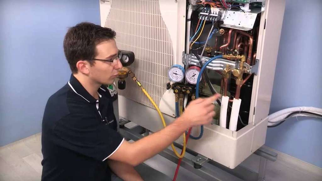 Le chauffagiste est formé à l'installation d'une pompe à chaleur aussi bien qu'à la pose de n'importe quel modèle de chaudière, de poêle, d'équipement solaire, de radiateur ou plancher chauffant. © Bosch Thermotechnologie