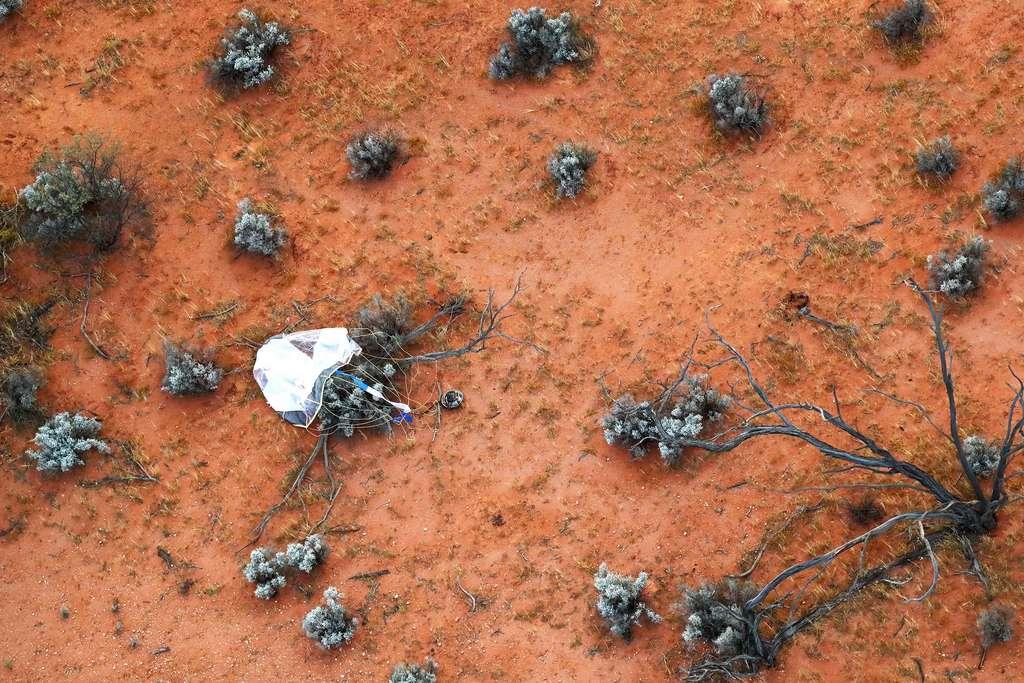 En décembre 2020, une capsule s'est écrasée sur Terre. Elle contenait des échantillons de l'astéroïde Ryugu. Ils commencent tout juste à être analysés par les chercheurs. © Jaxa