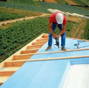 Fixation des panneaux de polystyrène extrudé (Roofmate sarking) avant la pose de la couverture. © Dow Chemical Company