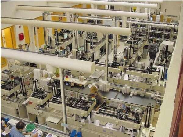 Le laboratoire du WhiteHead Institute, impliqué dans le Human Genome Project, organisé pour « industrialiser » les étapes du séquençage, de la purification de l'ADN à son décryptage. © Nature