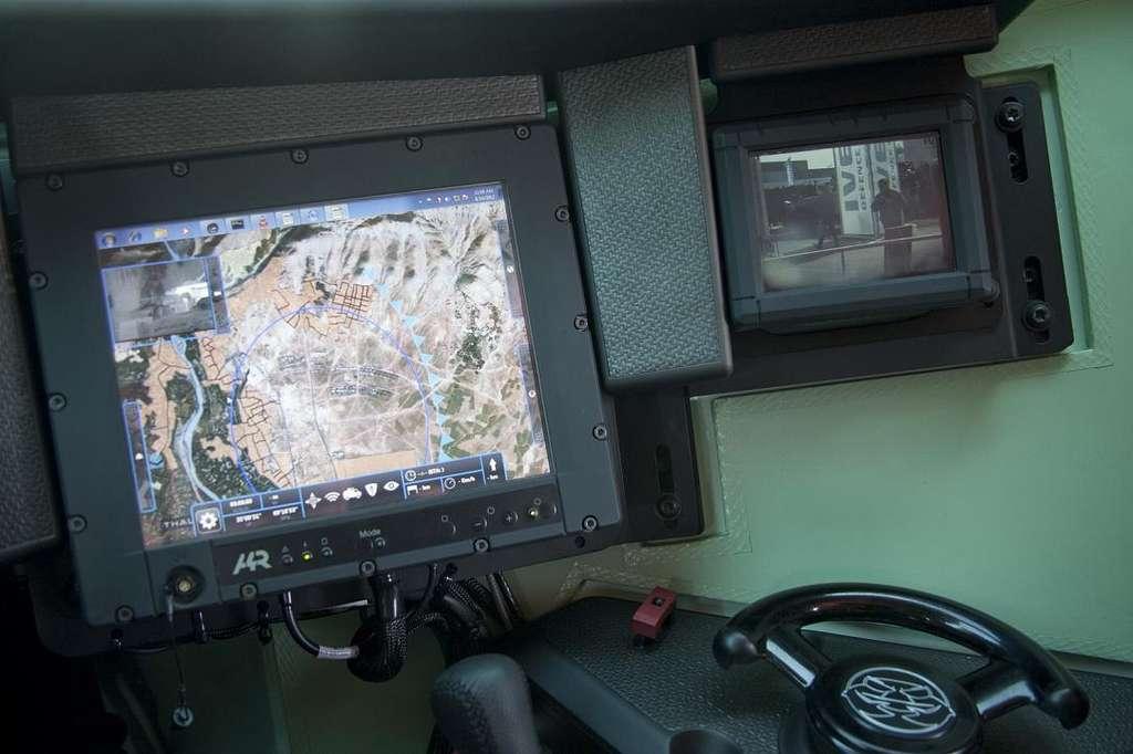 Le LOCC, Logiciel opérationnel de conduite du combat, est l'outil de suivi des opérations du chef. C'est une sorte de gros iPad façon militaire, qui peut afficher en temps réel l'intégralité des combattants, véhicules et unités sur le terrain. Les positions des ennemis y sont affichées ainsi que les champs de vision et les directions de déplacement des uns et des autres. Dans un blindé, il est présenté sous la forme d'un double écran tactile. Sur le terrain, les chefs de sections sont quant à eux équipés d'une tablette tactique de plus petite taille. © Sirpa armée de terre