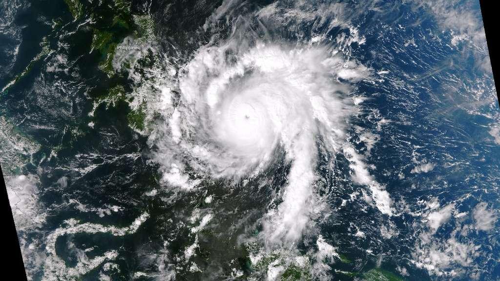 Le satellite Suomi NPP a pris cette image le 3 décembre 2012 à 05 h 35 heure française. Le typhon Bopha est déjà en catégorie 5 sur l'échelle de Saffir-Simpson et produit des rafales à 300 km/h. © NOAA, Nasa