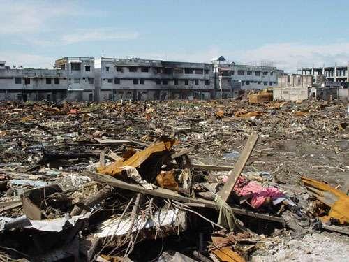 Le tsunami du 26 décembre 2004 à Sumatra, Indonésie : les débris laissés par les vagues lors de leur retrait sont considérables comme à Meulaboh dans un secteur détruit. © P. Wassmer