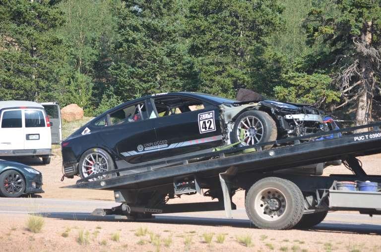 Les dégâts sont considérables et le délai pour tenter de remettre la Model 3 sur roues pour la course vraiment très serré. © Unplugged Performance, Larry Chen