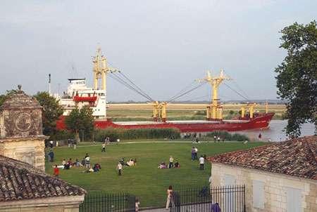 Navire sortant du port de commerce de Rochefort et qui passe devant la Corderie royale. © Jean-Marie Dumont, DR