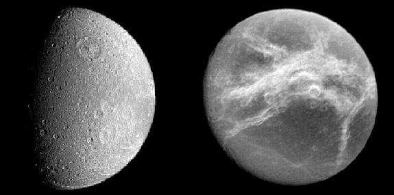 """Dioné présente deux faces bien distinctes : une face """"avant"""", très cratérisée (cliché de gauche), et une face """"arrière"""", plus lisse et striée de volutes blanches (Crédit : NASA/JPL)"""