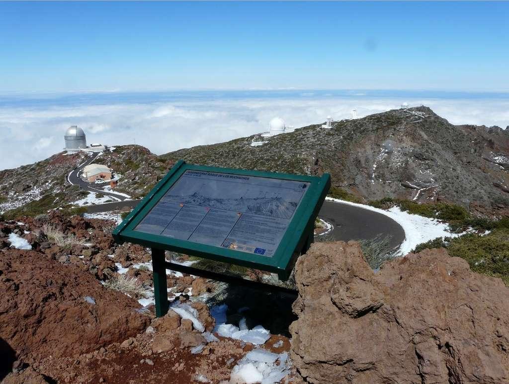 Le sommet du Roque de los Muchachos, sur l'île de la Palma, accueille de très nombreux instruments astronomiques parmi lesquels les télescopes de l'ING. © Jean-Baptiste Feldmann