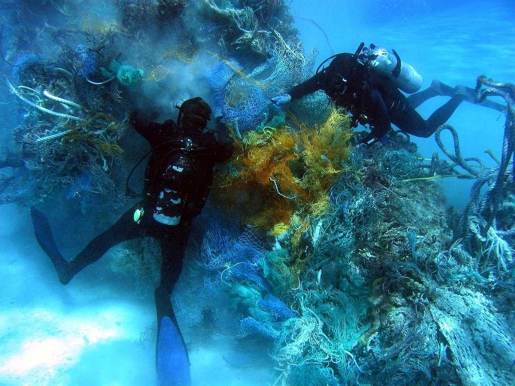 Le septième continent de plastique se situe également au fond des océans. Des plongeurs retirent ici des filets pris sur les récifs. © Dwayne Meadows, NOAA, NMFS, OPR, DP
