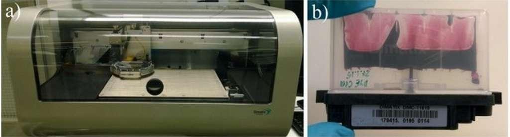 L'imprimante (à gauche) utilise de l'encre photovoltaïque, dont la cartouche est visible à droite, pour imprimer des images sur un film d'oxyde de titane. © Alto University