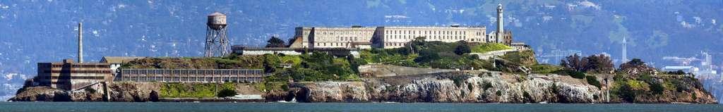 Vue panoramique de l'île d'Alcatraz. Officiellement, aucun détenu n'a réussi à s'évader en rejoignant le continent. © David Corby, CC by-sa 3.0