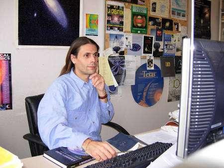 Aurélien Barrau dans son bureau du Laboratoire de Physique Subatomique et de Cosmologie à Grenoble. Crédit : Aurélien Barrau