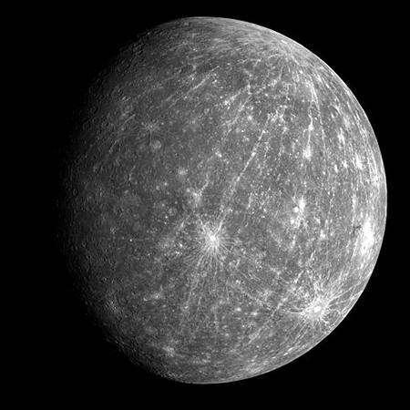 Vue générale de Mercure, prise par Messenger lors de son éloignement. Crédit Nasa